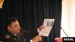 Айдын Жантелеев, заместитель начальника управления финансовой полиции Алматы, выступает с обвинениями против независимой типографии «Комета-S». Алматы, 25 сентября 2009 года.