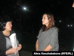 «Хан тәңірі» кешенінде тұратын Мәдина Жанат (оң жақта). Алматы, 18 қыркүйек 2015 жыл.