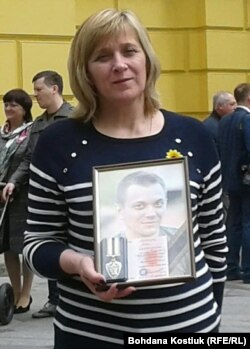 Алла Лобжина, мати загиблого бійця, з портретом сина, Київ, 8 травня 2019 року