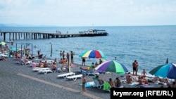 Пляж в Алушті в анексованому Росією Криму, 14 липня 2017 року