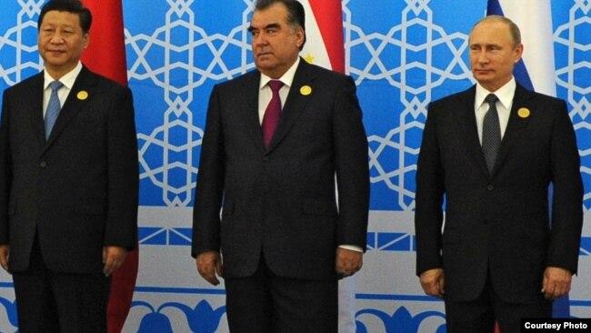 Президент Китая Си Цзиньпин (слева), президент Таджикистана Эмомали Рахмон и президент России Владимир Путин. Душанбе, 12 сентября 2018 года.