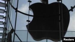 Гонконг қаласындағы Apple таңбасының жарығы компанияның негізін қалаушы Стив Джобс қайтыс болған күні өшіп тұрды. Қытай, 6 қазан 2011 жыл.