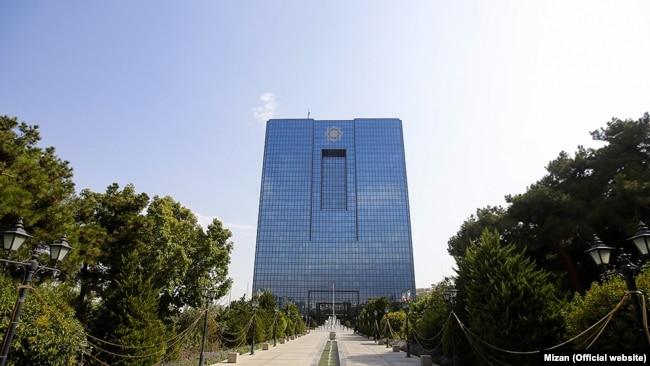 از سه هدفی که قانون پولی و بانکی کشور از آنها به عنوان مؤلفههای اصلی «رسالت بانک مرکزی» نام میبرد، حفظ ثبات ارزش پول ملی جایگاه ویژهای دارد. درست در همین زمینه است که بانک مرکزی با یک شکست تاریخی روبهرو شده و اعتبار و اقتدار خود را یکسره از دست داده است.