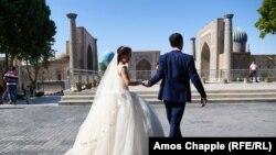 Жених и невеста в Самарканде, городе в Узбекистане.