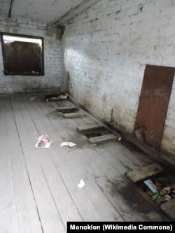 Подобный ямный туалет и сегодня можно увидеть в российской школе