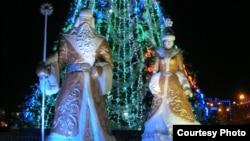 Фигуры Аяз Аты и Снегурочки у новогодней ёлки в Астане. 27 декабря 2012 года.