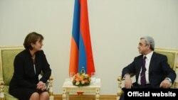 Президент Армении Серж Саргсян и глава МИД Грузии Майя Панджикидзе, Ереван, 12 апреля 2013 г. (Фотография - пресс-служба президента Армении)