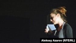 Актриса РНДТ Александра Биглер читает произведение алматинской поэтессы Анастасии Белоусовой. Алматы, 2 декабря 2018 года.