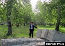 Местный житель показывает бетонные плиты в березовой роще. Боровое, 25 мая 2012 года.