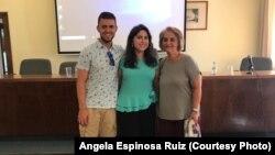 Анхэла Эсьпіноса Руіс з братам і маці