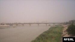 انخفاض مستوى المياه في نهر الدجلة بين منطقتي السنك وكرادة مريم ببغداد، 28 تموز 2009