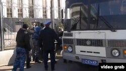 """Полицейские задерживают участников акции протеста против изъятия земель """"под госнужды"""". Астана, 15 апреля 2014 года."""