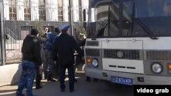 """Полиция жер телімдерінің """"мемлекет қажетіне"""" алынуына наразы тұрғындарды ұстап жатыр. Астана, 15 сәуір 2014 жыл."""