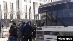 Полицейские задерживают участников акции протеста в Астане.