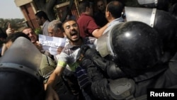 Прихильники «Мусульманського братства» і усунутого президента Мурсі скандують гасла під час складення присяги тимчасовим лідером Єгипту Адлі Мансуром, 4 липня 2013 року