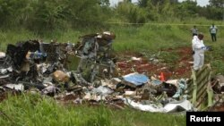 Әуеден құлаған жолаушылар ұшағының қалдықтарын зерттеп жүрген адамдар. Куба, 18 мамыр 2018 жыл.