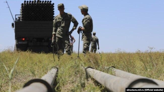 Российские военные прокладывают водовод к Симферополю