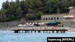 «Золотой пляж» в Курпатах: отдых среди груды бетона (фотогалерея)