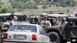კოსოვო: KFOR-ის ჯარისკაცები ამოწმებენ კოსოვოში სერბიიდან მიმავალ ავტომანქანას