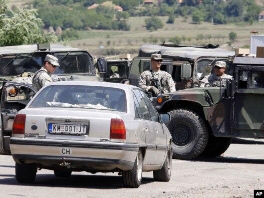 KFOR-ovi vojnici pregledaju vozila na prelazu Jarinje, 28. jul 2011.