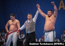 Финалдык беттеш. Нурбек Кожобеков менен монгол балбаны Анар Дорж.