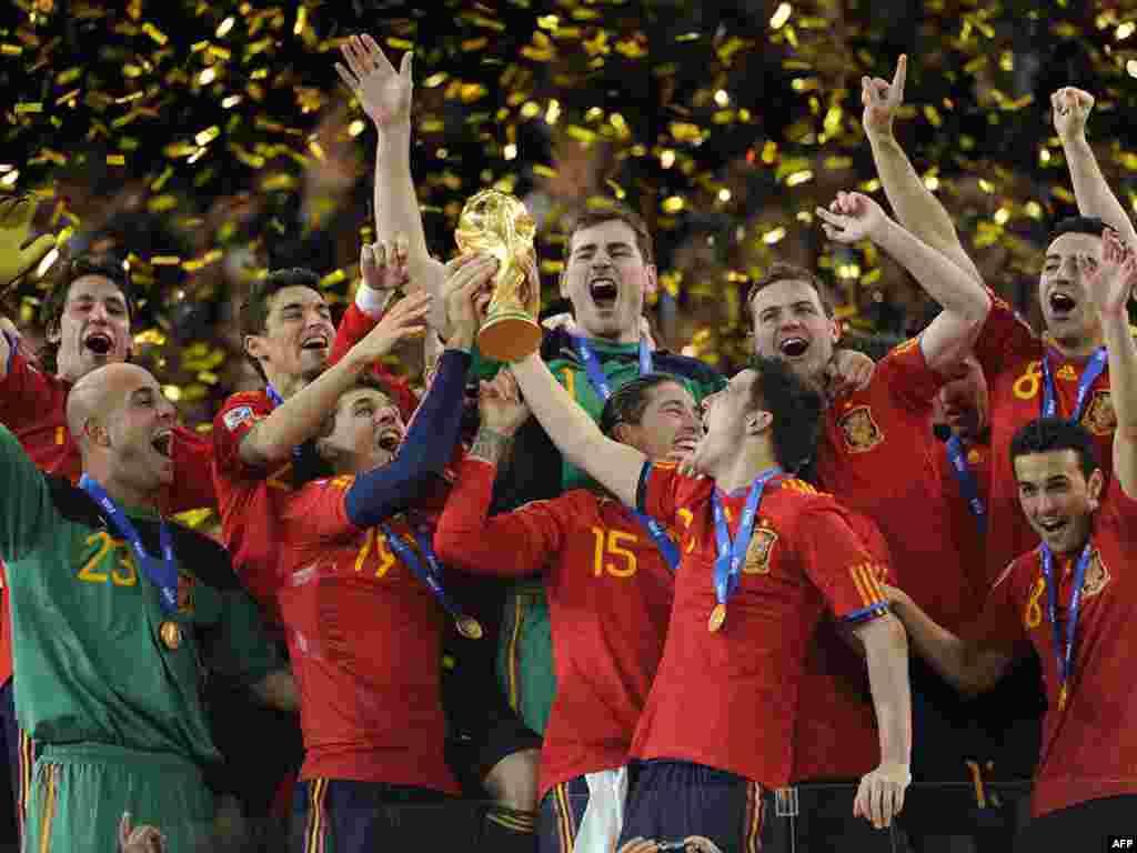 اسپانيا قهرمان جام جهانی فوتبال - تيم ملی اسپانيا در مسابقه هيجانانگيز و نفسگير پايانی جام جهانی ۲۰۱۰ با تک گل آندرس اینی یستا در وقت اضافی يک بر صفر تيم ده نفری هلند را شکست داد و پس از قهرمانی اروپا به جام جهانی رسيد ماه ژوءيه