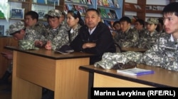 Студенты педагогического института на встрече с ликвидаторами Чернобыльской аварии. Семей, 26 апреля 2012 года.