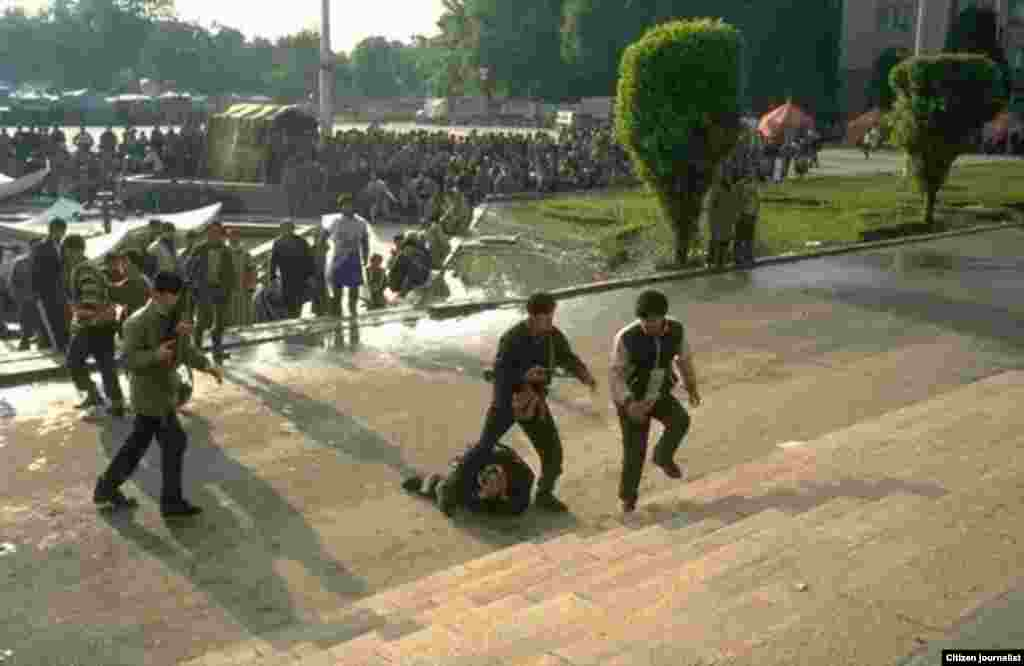 В Душанбе собрались сторонники и противники коммунистического строя. Митинги в 1992 году переросли в гражданскую войну