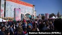 Народные гулянья на площади Астана. 22 марта 2016 года.