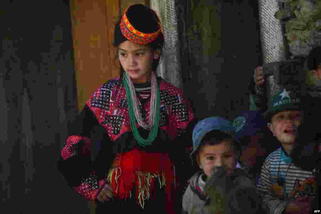 Калаши носят яркие головные уборы. Женщины носят черные халаты с красочной вышивкой, некоторые женщины наносят татуировки на лицо. Они говорят на своем языке, который относят к подгруппе индоарийских языков, распространенных на северо-западе Пакистана, в Кашмире и на востоке Афганистане.