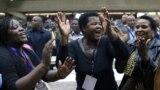 Зимбабвенің биліктегі ZANU-PF партиясының арнайы отырысына қатысушылар Роберт Мугабенің партия басшылығынан кеткеніне қуанып жатыр. Хараре, 19 қараша 2017 жыл.