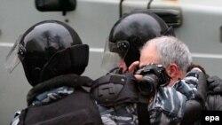Журналисты все чаще испытывают давление государства на собственной шкуре