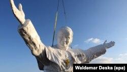 Установка крупнейшей в мире статуи Иоанна Павла II в польском городе Ченстохова, апрель 2013 года