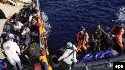 گارد ساحلی ایتالیا روز دوشنبه از نجات ۶۰۵۵ مهاجر در مسیر دریایی لیبی به جزیره سیسیل در دریای مدیترانه خبر داد.