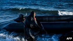 Женщина-беженка запечатлена в момент прибытия на греческий остров Лесбос из Турции. 15 октября 2015 года.
