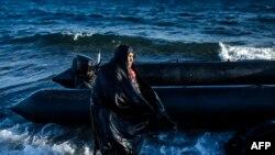 Një grua e moshur e forografuar pardje pasi ka arritur në ujëdhesën greke Lesbos