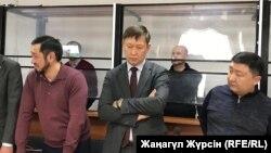 Обвиняемые по делу «о хищении нефти» (на заднем плане) и их адвокаты в суде на оглашении приговора. Актобе, 12 декабря 2018 года.