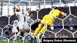 Фрагмент матча Франция - Уругвай на чемпионате мира по футболу. Нижний Новгород, 6 июля 2018 года.