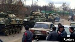 Ресейдің Украинамен шекараға жақын маңда жүрген әскери техникасы. 12 наурыз 2014 жыл.