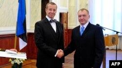 Президент Эстонии Тоомас Хенрик Ильвес пожимает руку Эстону Кохверу, задержанному в России и также обвиненному в шпионаже