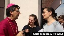 Епископ Хосе Луис Мумбиела Сиерра беседует с прихожанами. Алматы, 31 марта 2013 года.