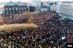 """""""Панамагейт"""" құжаттарында премьер-министрлерінің аты аталған соң шеруге шыққан Исландия тұрғындары. Рейкьявик, Исландия парламенті ғимаратының алды, 4 сәуір 2016 жыл."""
