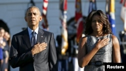 Президент Барак Обама жубайы Мишель менен Ак үйдөгү эскерүү жөрөлгөсүнө катышты. Вашингтон, 11-сентябрь, 2015-жыл.