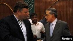 Пакистанскиот министер за финансии Ишак Дар разговара со регионалниот советник на ММФ, Џефри Френкс