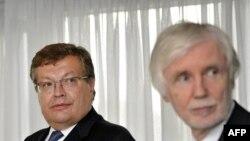 Справа - министр иностранных дел Финляндии Эрки Тоумиойя
