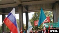 Споры о статусе русского языка на Украине продолжаются уже давно. На фото: акция сторонников Партии Регионов в поддержку русского языка, октябрь 2006 года