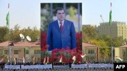 Тажик президентинин портретин көтөргөндөр. 3-ноябрь, 2013-жыл.