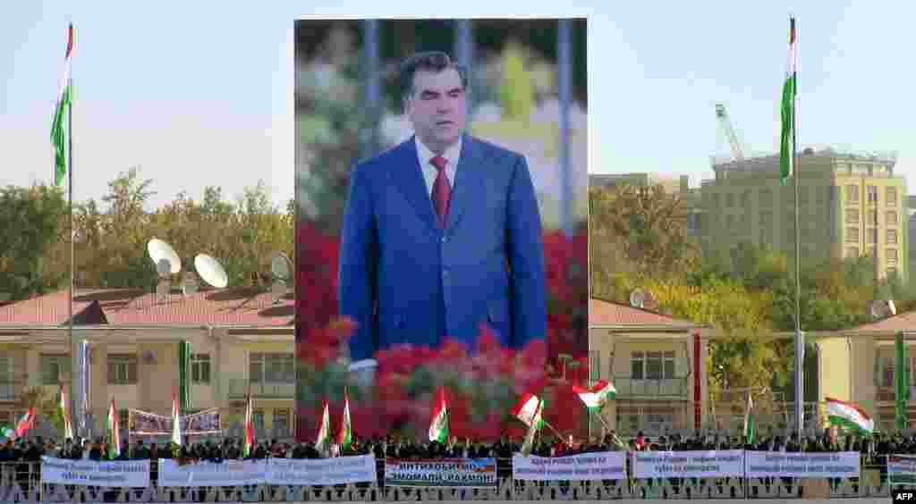 Эмомали Рахмонның алып портреті. Душанбе. 3 қараша, 2013 жыл.
