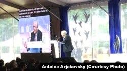 Колишній прем'єр-міністр Франції Жан-П'єр Раффарен виступає на Форумі миру в Кан