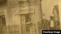 Отец Яна Палаха позирует перед открытой им кондитерской в городке Вшетаты. После прихода к власти в Чехословакии коммунистов ее пришлось закрыть из-за введенных ограничений на предпринимательскую деятельность